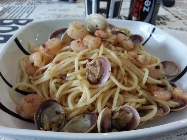 espaguetis gambas y almejas