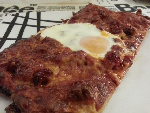 Pizza de hojaldre con chistorra y huevo, para días amorosos.