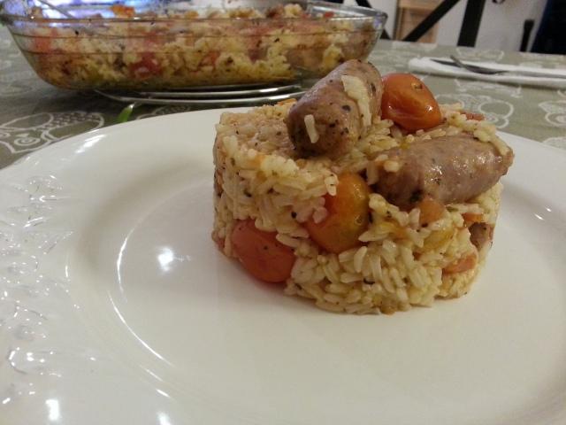 Arroz con salchichas al horno con tomates varios, para días interminables.
